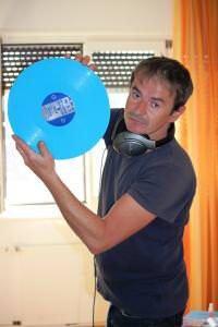 Karl mit einem blauen Vinyl