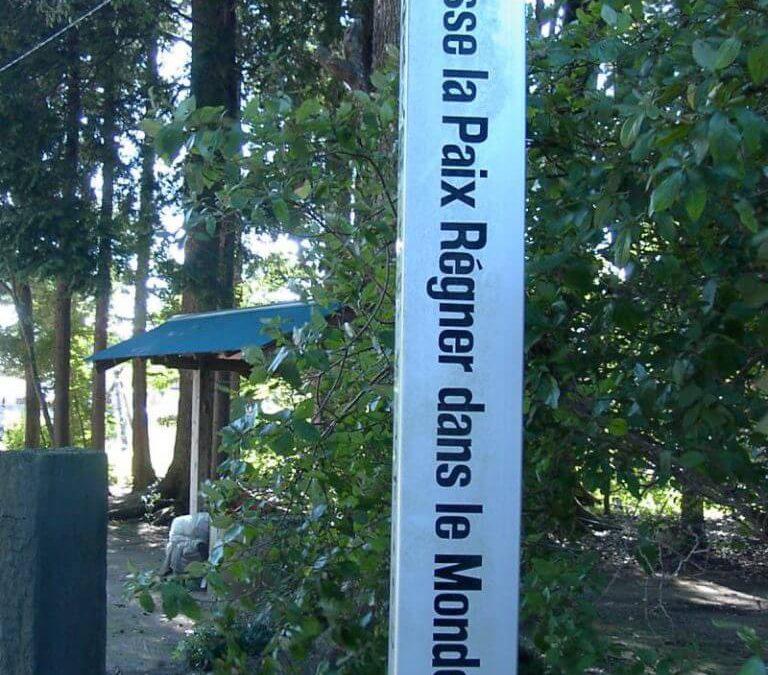 """Friedenspfahl """"Möge Frieden auf Erden sein"""" in Iwama, Japan"""