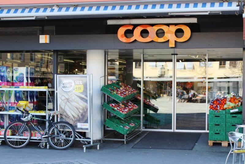Eingang eines COOP-Ladens in Zürich
