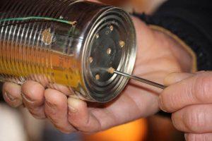 Verstopfte Luftlöcher der Konservendosen öffnen