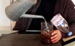 Wasser der PET-Flasche beigeben