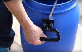 Griffe vom Kunststofffass entfernen